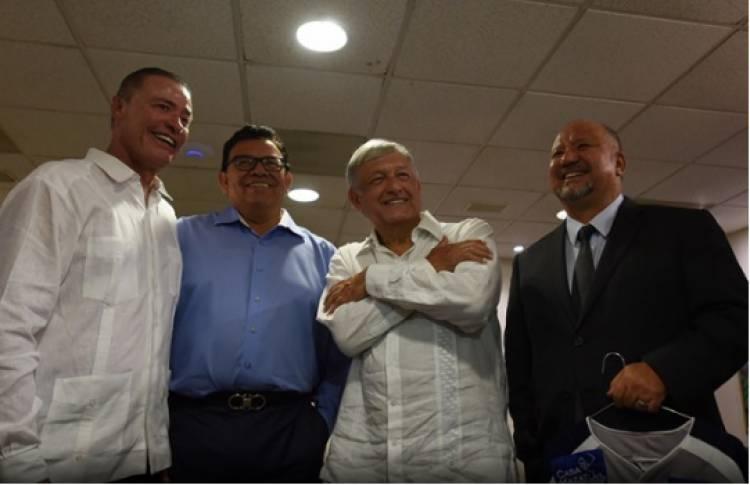 López Obrador se reúne con Fernando Valenzuela y manda saludo a Maradona