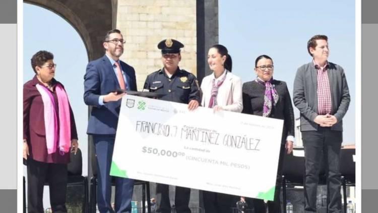 Premian con 50 mil pesos a policía que liberó a una mujer con discapacidad