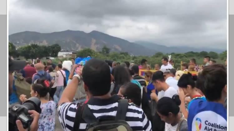 Cientos de venezolanos rompen bloqueo en frontera con Colombia