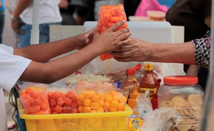"""Escuelas siguen vendiendo bebidas azucaradas y alimentos """"chatarra"""""""