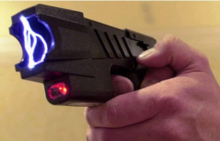 Mujeres podrían usar pistola de electrochoques en la Ciudad de México