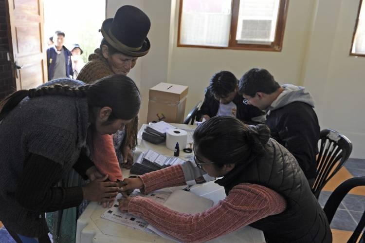 Elecciones en Bolivia apuntan a histórica segunda vuelta