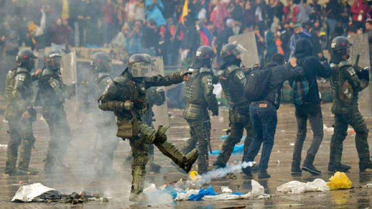 La violencia se extiende a Colombia: hay toque de queda en Bogotá