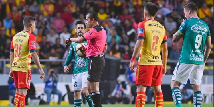 Retiran del campo a jugadores de Monarcas y León por gritos homofóbicos