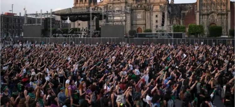 """""""Somos defensoras, no somos terroristas"""", grito feminista en el Zócalo"""