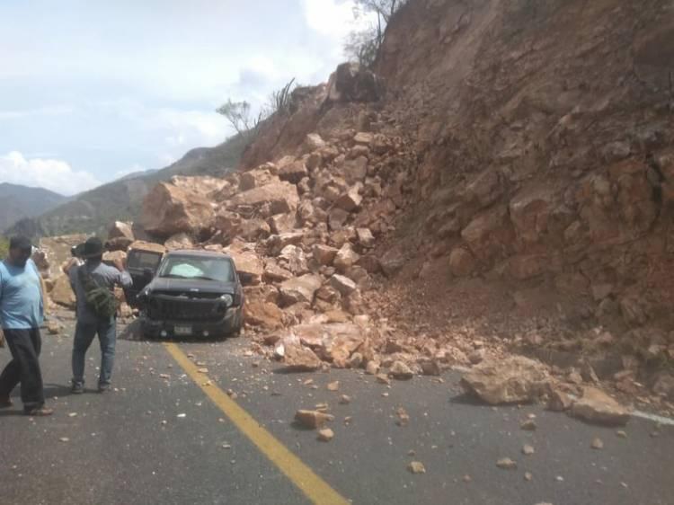Deja el sismo un muerto y derrumbes en Oaxaca